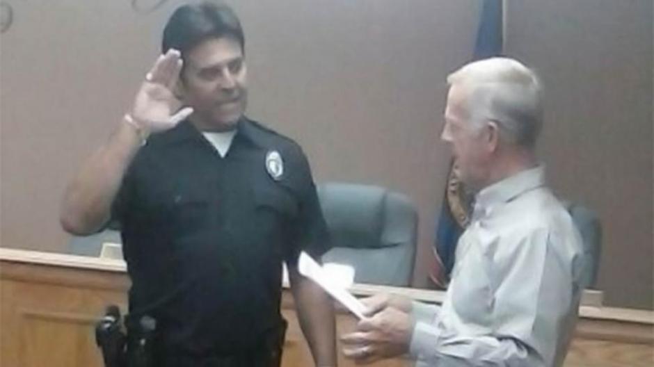 Estrada prestó juramento y ya es un policía en la vida real. (Foto: Yahoo TV)