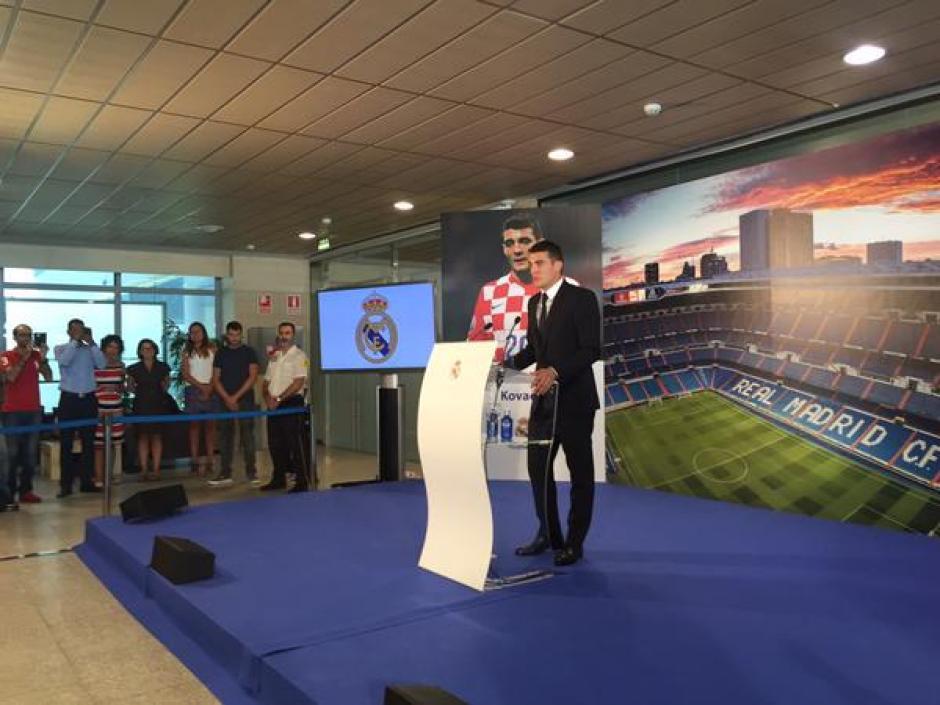 """Mateo Kovacic dirigió un par de palabras durante su presentación, algo de lo que dijo fue: """"El Madrid es el equipo más grande del mundo"""". (Foto: realmadrid.com)"""