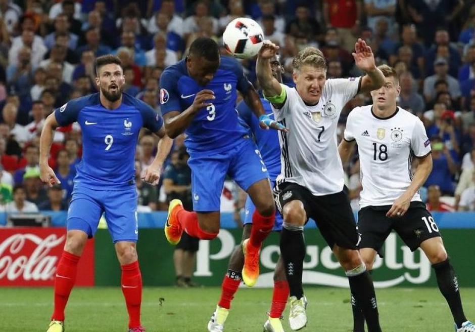 El momento en el que Schweinsteiger mete la mano y el árbitro marca penal. (Foto: EFE)