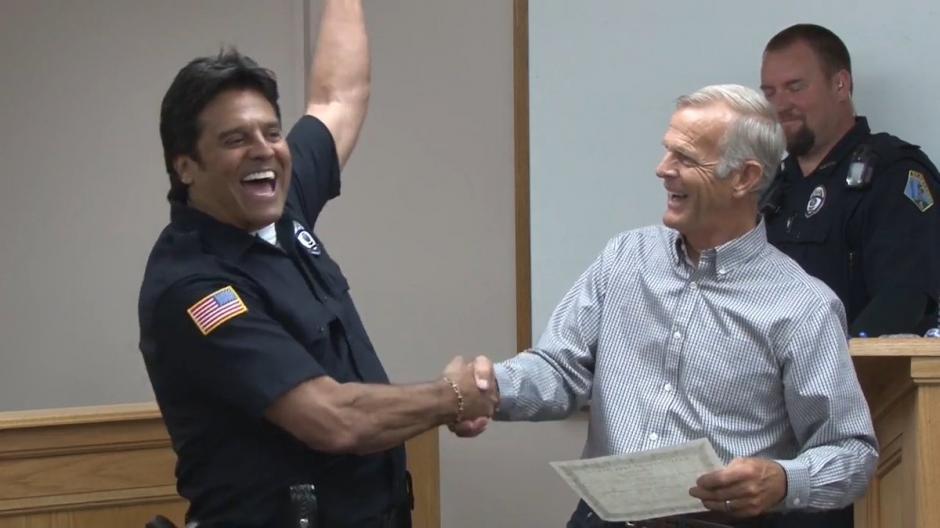 Estrada fue juramentado como policía de St. Anthony Police Department. (Foto: Yahoo TV)