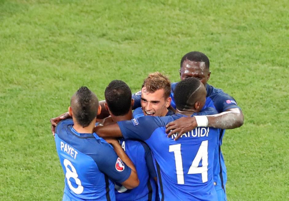 """Los """"blues"""" festejan por todo lo alto el triunfo sobre Alemania. (Foto: EFE)"""