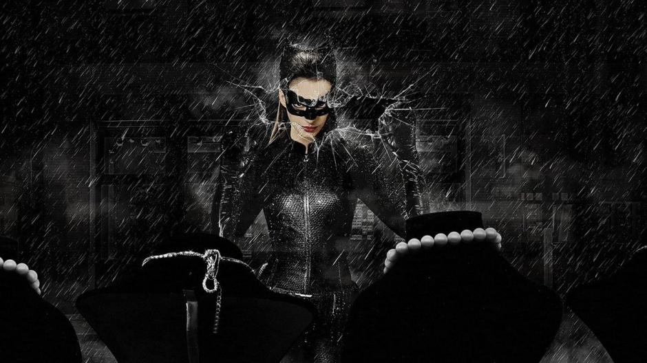 Hathaway asegura que el personaje de Catwoman la hace feliz. (Foto: Twitter)