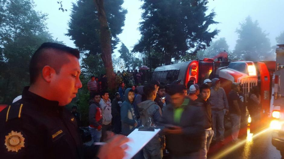 La Cruz Roja y los Bomberos Municipales Departamentales atendieron la emergencia. (Foto: @CRGuatemalteca/Twitter)