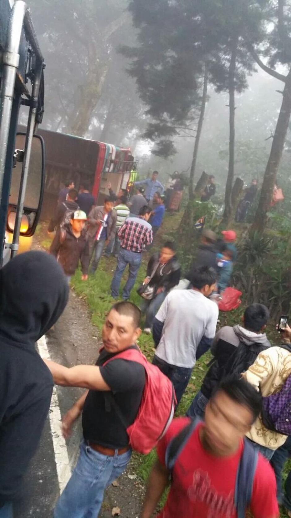 Trascendió que el vehículo había volcado luego de intentar rebasar a alta velocidad. (Foto: @CRGuatemalteca/Twitter)