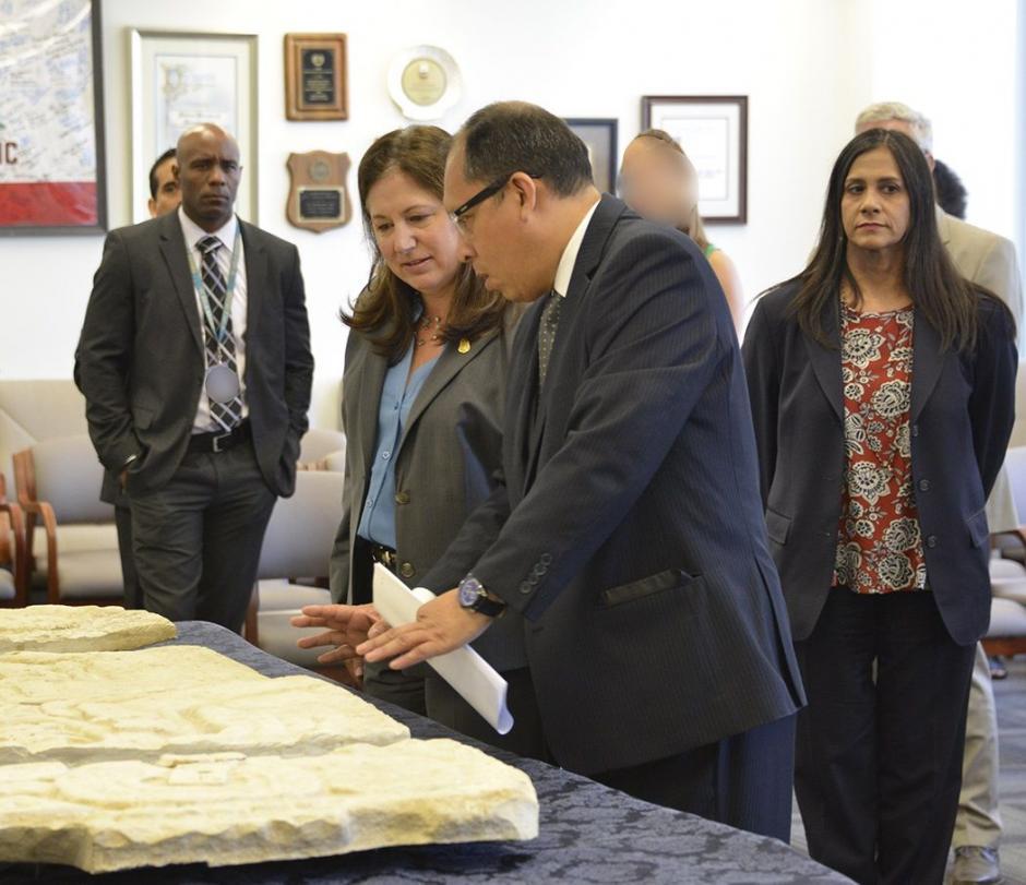 Autoridades guatemaltecas participaron en la entrega oficial de las piezas arqueológicas. (Foto: Los Ángeles FBI)