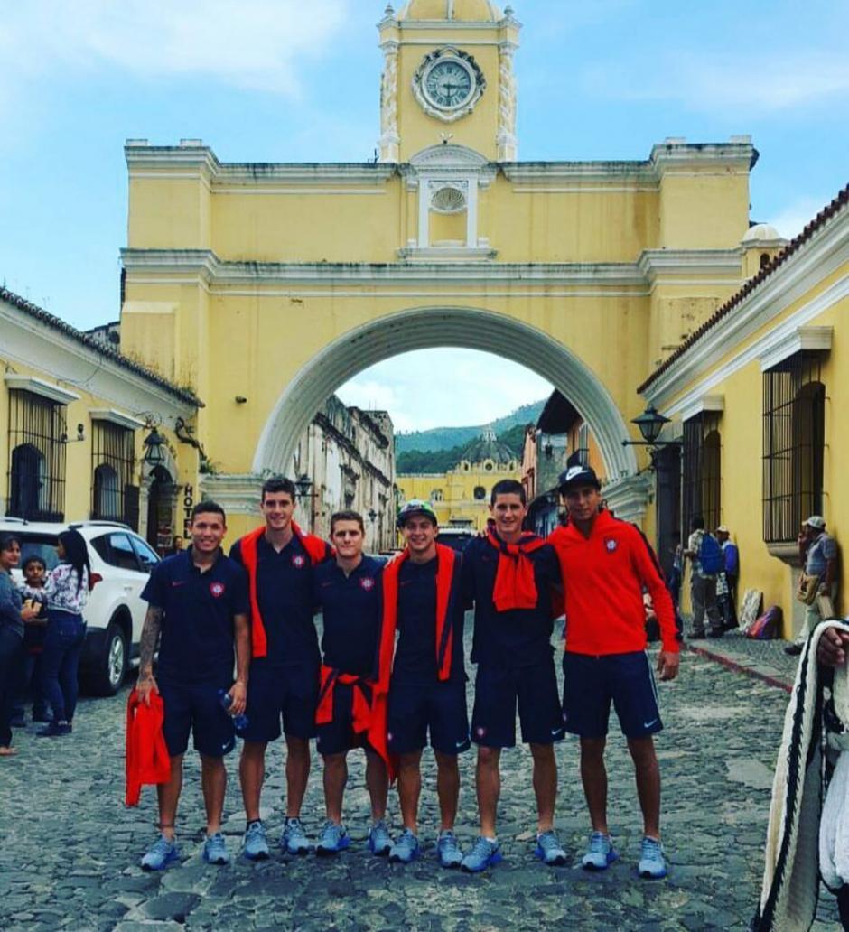 Jugadores de el Ciclón se fotografiaron en el arco de Santa Catalina en Antigua Guatemala. (Foto: San Lorenzo)