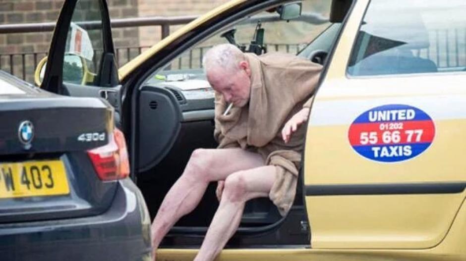 Las fotos de Paul Gascoigne bajando de un taxi para ia a comprar alcohol y cigarrillos impacftó al mundo del futbol. (Foto: The Sun)