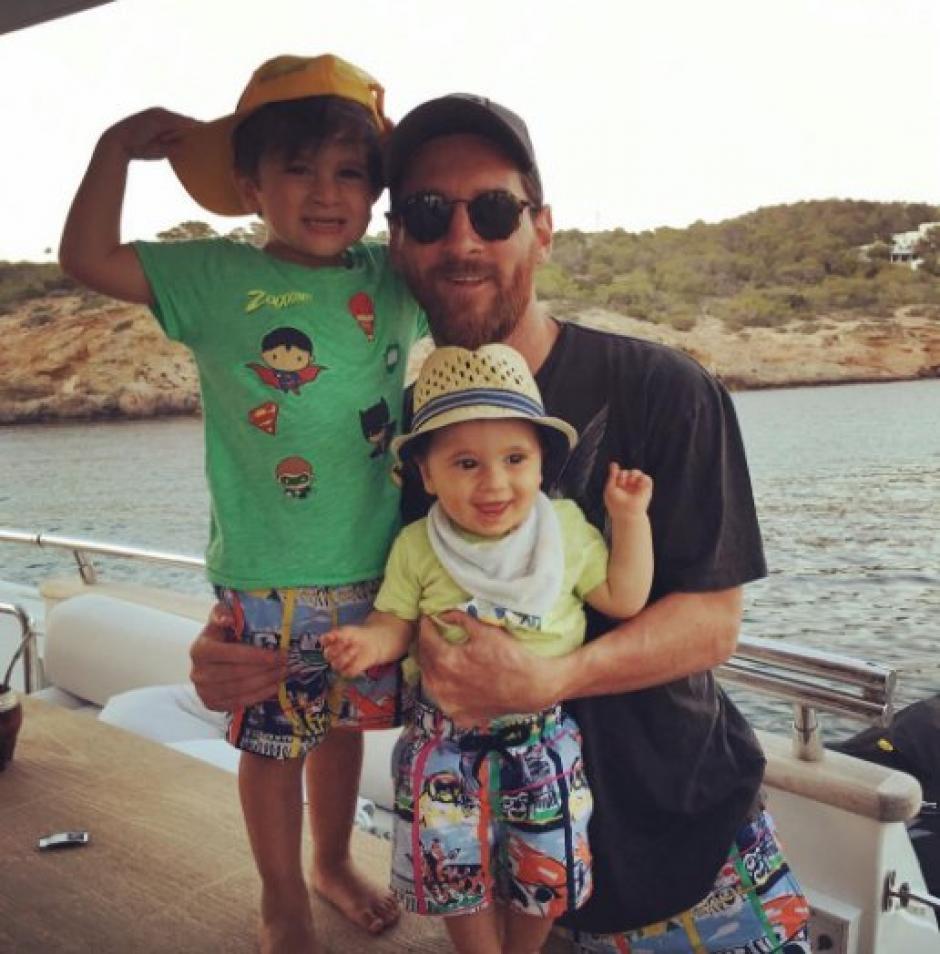 Messi y sus hijos Thiago y Mateo en sus vacaciones en Ibiza. (Foto:  Marca)