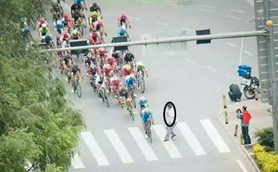 En esta imágen se ve como el peatón no ve hacia los lados y solo cruza la avenida. (Foto: Captura de YouTube)