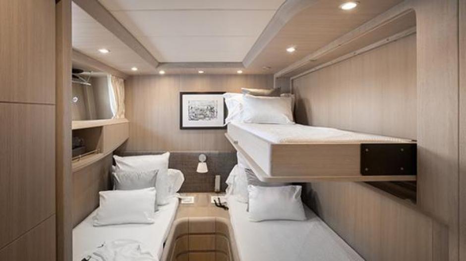 Este es uno de los dormitorios compartidos que tiene el yate en el que Messi vacaciona. (Foto: TN)