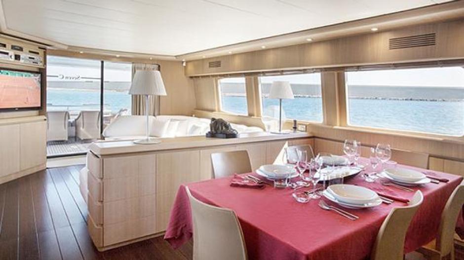 Así es el comedor donde almuerza la familia Messi en su yate en Ibiza. (Foto: TN)