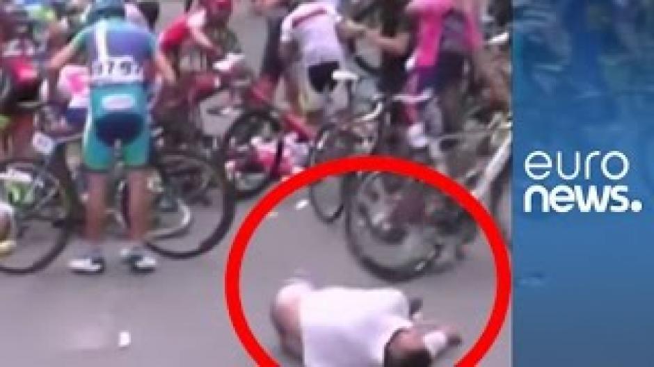 El peatón quedó tendido debido al choque con los ciclistas en una etapa del Tour de Qinghai. (Foto: Captura de YouTube)