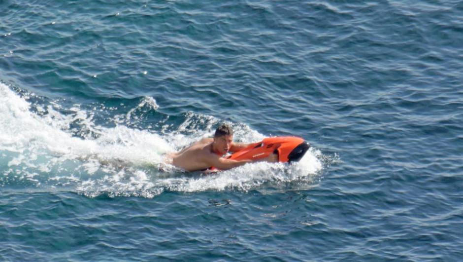 En el mar Cristiano nadó ayudado por un flotador. (Foto: Twitter)