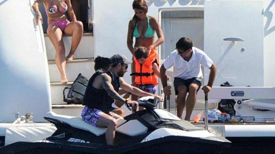 Messi y su familia disfrutan en un yate sus vacaciones en Ibiza. (Foto: Vanguadia)