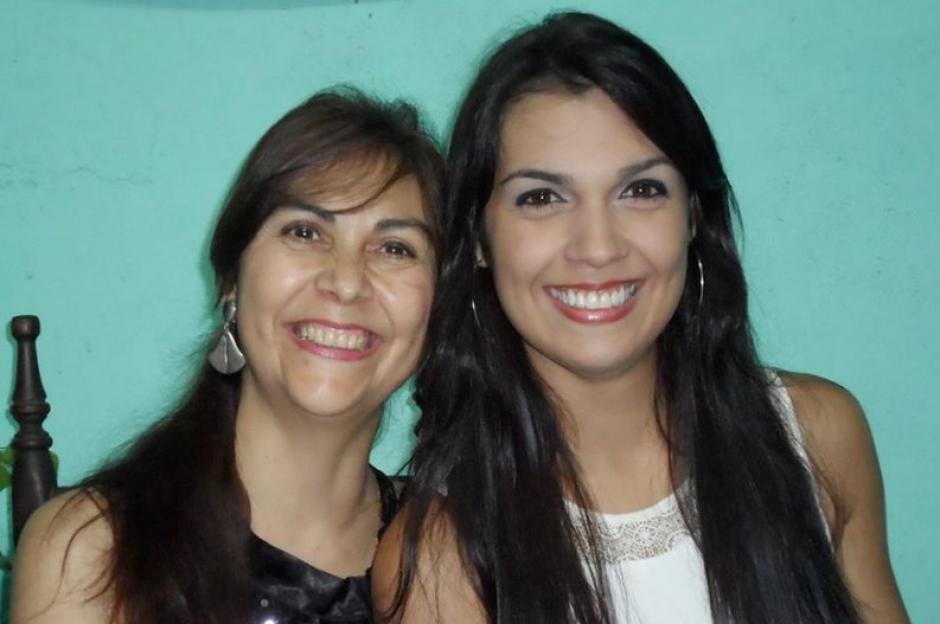 Joanna junto a su madre quien viajó desde Argentina para reconocer a su hija muerta. (Foto: Twitter)
