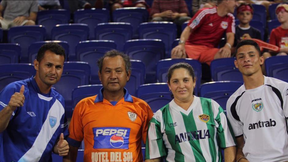 Guatemaltecos identificados con los colores de sus equipos. (Foto: Antigua GFC)