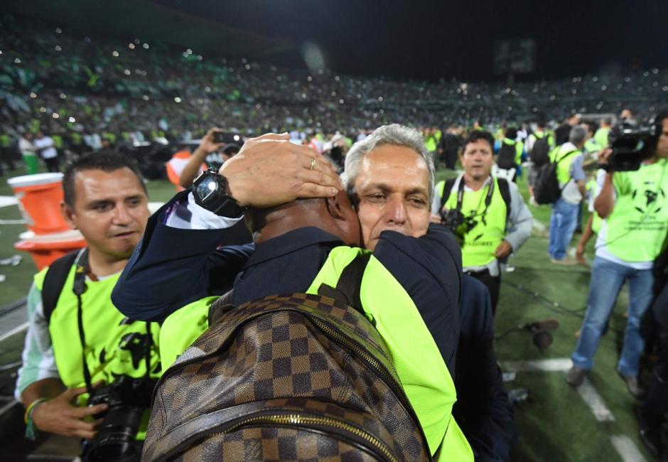 El técnico, Reinaldo Rueda, llora tras conseguir el título con Atlético Nacional. (Foto: Twitter)