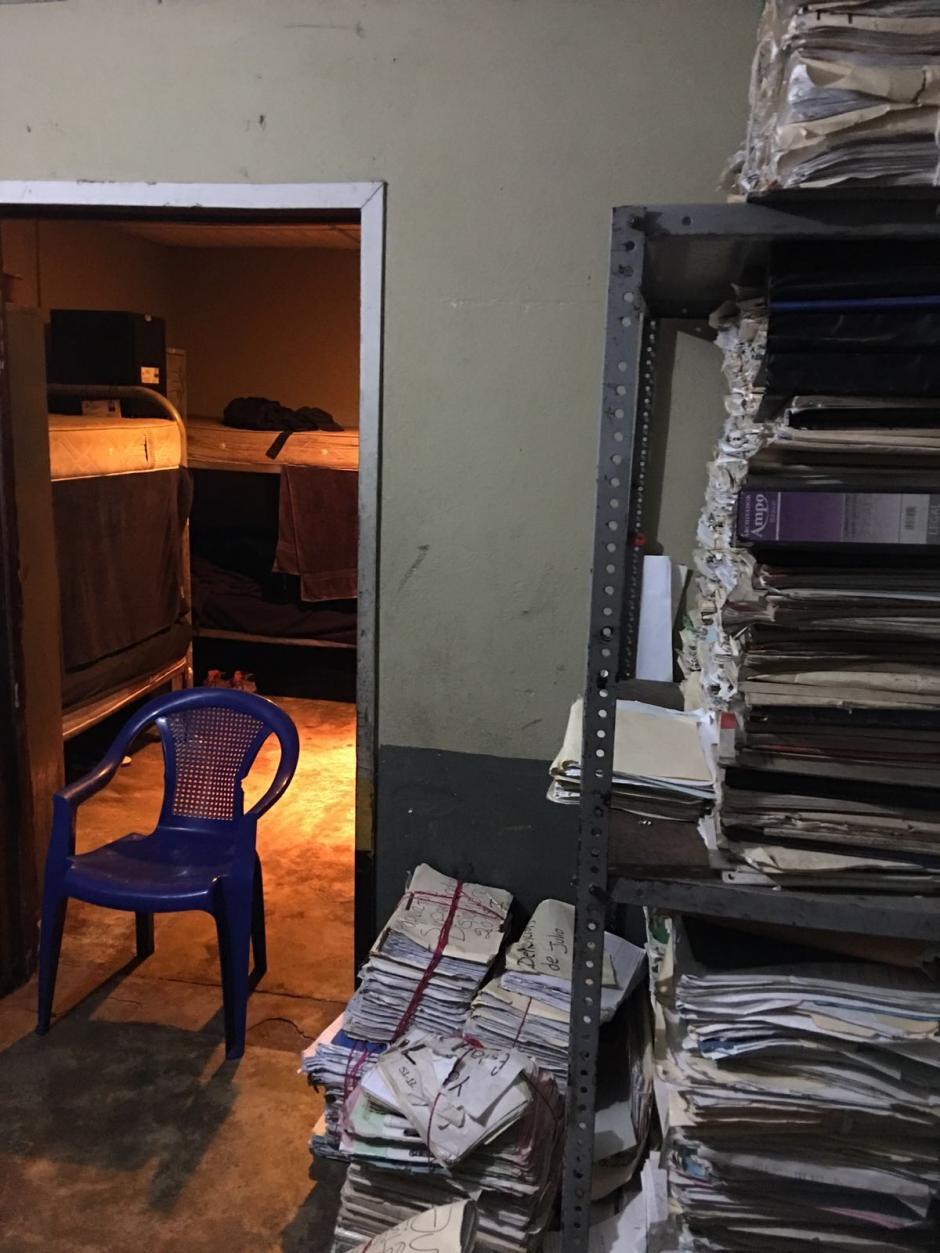 Así luce uno de los ambientes en la Comisaría de Cobán, los archivos están apilados. (Foto: PDH)