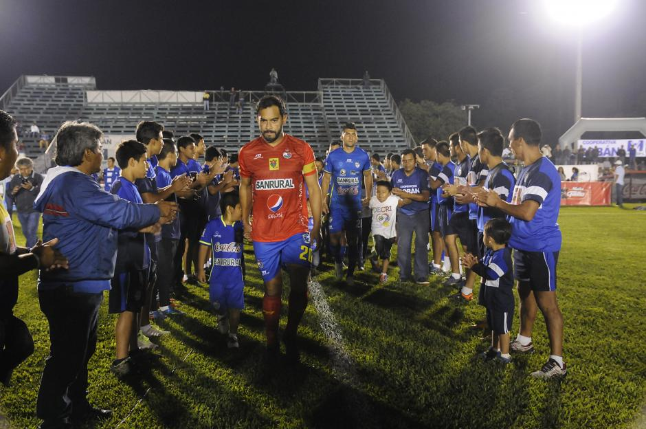 En el ingreso de los dos equipos hubo una valla de niños. (Foto: Nuestro Diario)