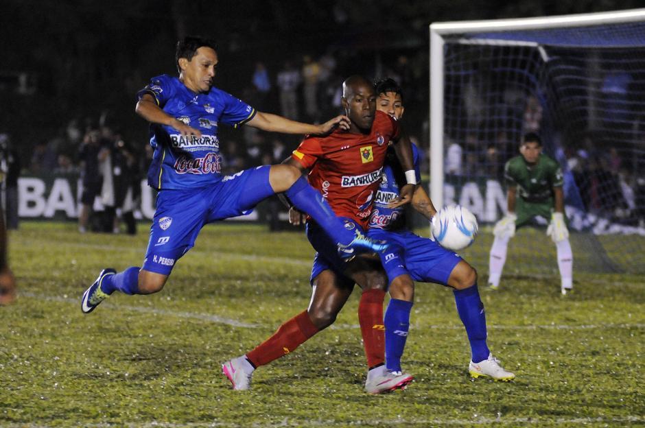 Hetzon Pereira se anticipa al costarricese Jhonny Woodly durante el juego que ganó Cobán 1-0 a Municipal, en el estadio José Ángel Rossi. (Foto: Orlando Chile/Nuestro Diario)