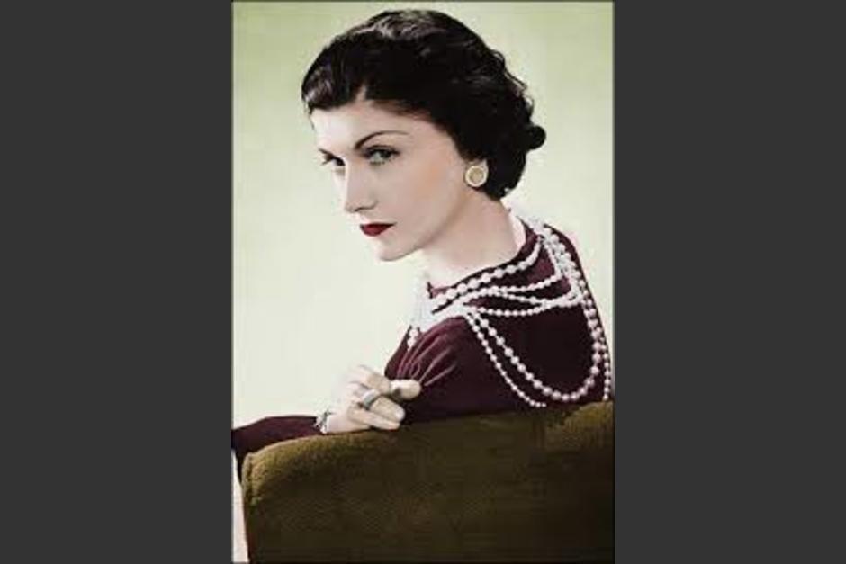 Fotografía de perfil de la famosa Coco Chanel.