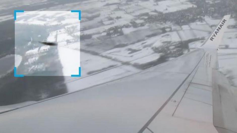 ovni casi choca con un avión foto