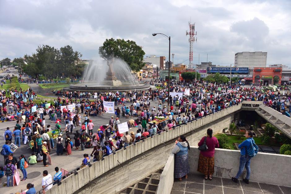La manifestación salió del Obelisco y se instaló frente a la Corte Suprema de Justicia, otro pilar de personas avanza de la zona 18 hacia la zona 1. (Foto: Jesús Alfonso/soy502)