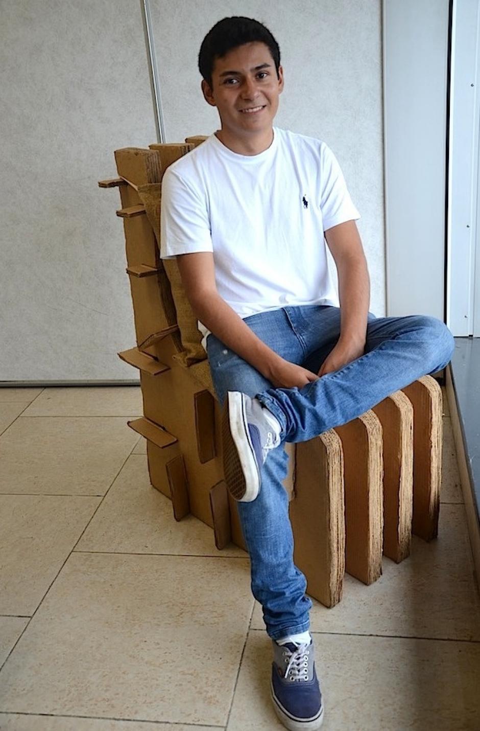 """Julián Flores es uno de los integrantes de Elysian, su proyecto consiste en una silla de cartón, inspirada en el """"café guatemalteco"""". (Foto: Selene Mejía/Soy502)"""