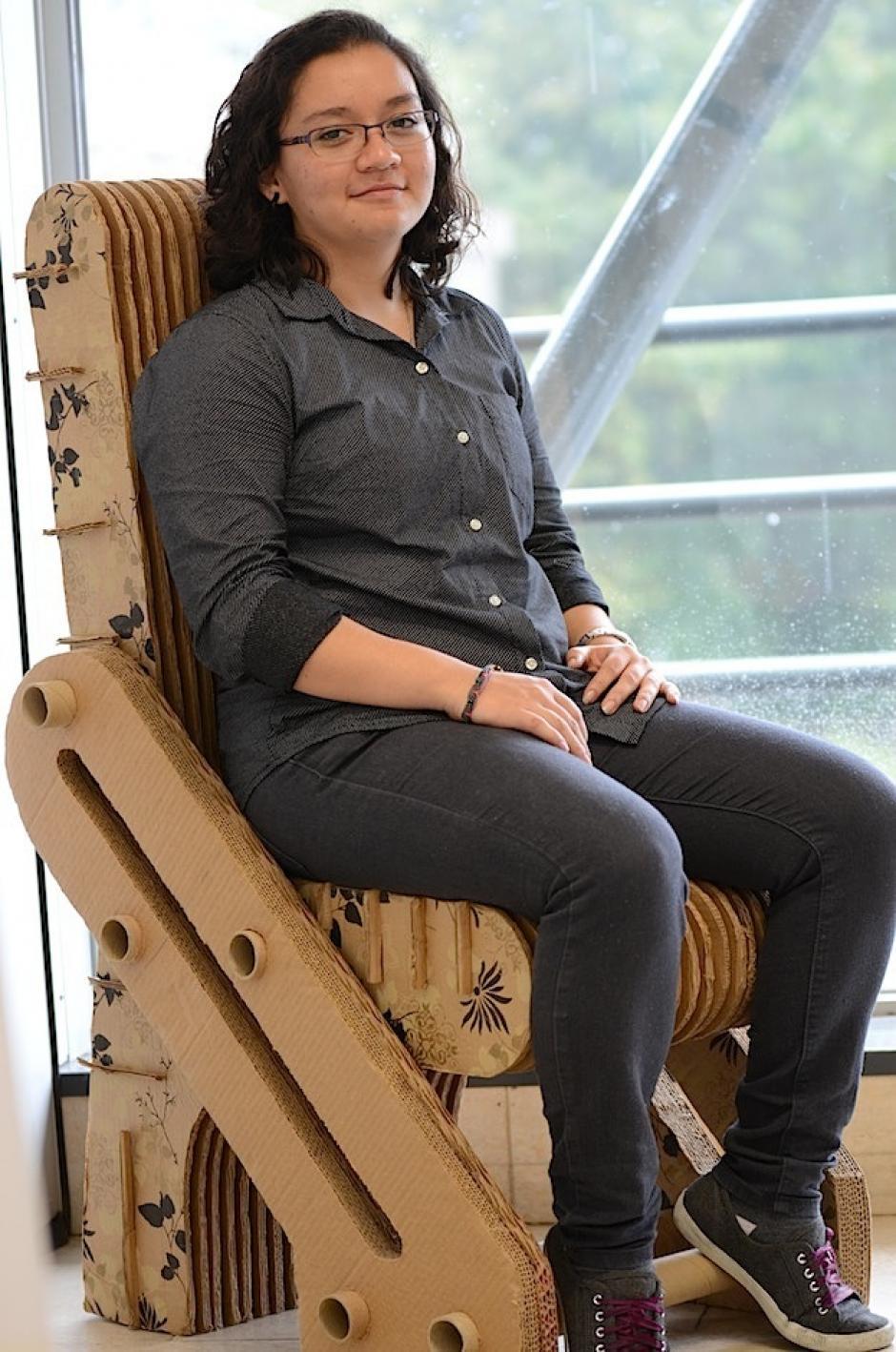 """Rita Chajón presenta su silla de cartón con un look """"bohemio"""". (Foto: Selene Mejía/Soy502)"""