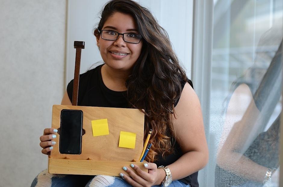 Melissa Tobar es la creadora de un organizador de escritorio para colocar el celular. (Foto: Selene Mejía/Soy502)