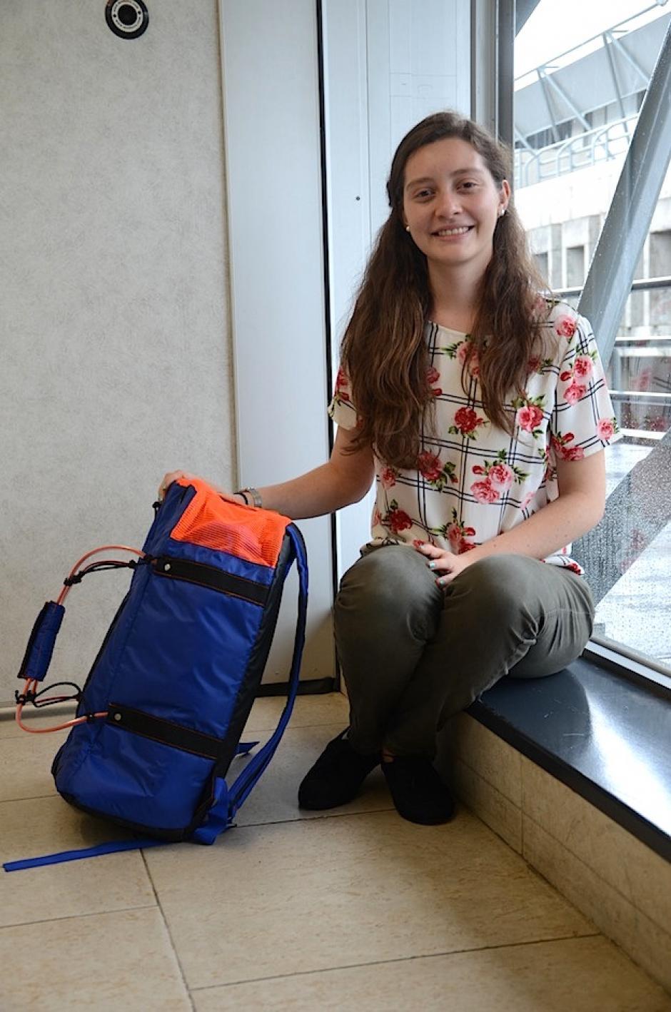 Anahí García presenta una práctiva mochila que se transforma en bolso. (Foto: Selene mejía/Soy502)