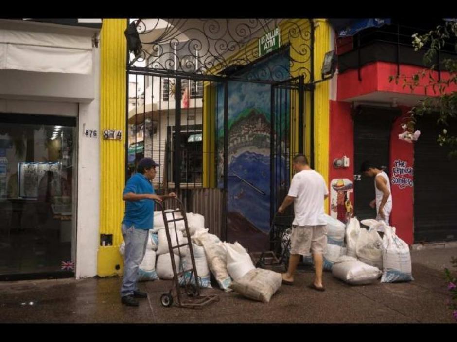 En la ciudad de Colima también las personas se prepararon para evitar inundaciones. (Foto: Noticieros Televisa)
