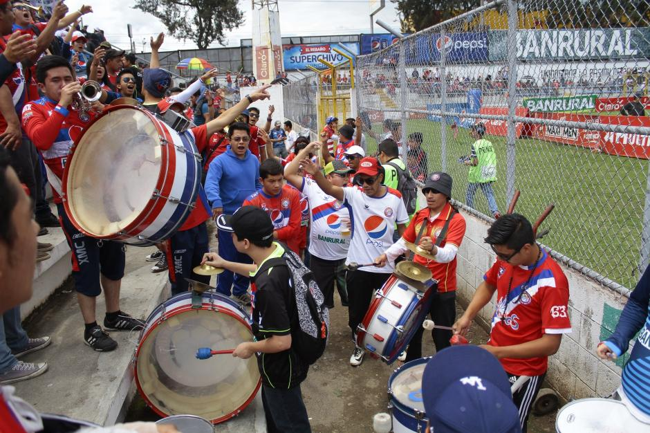 Los chivos vivieron su fiesta en las gradas, su equipo esta invicto en el Mario Camposeco y son líderes. De rojo, azul y blanco se pintó el estadio.(Foto: Gustavo Rodas/Nuestro Diario)