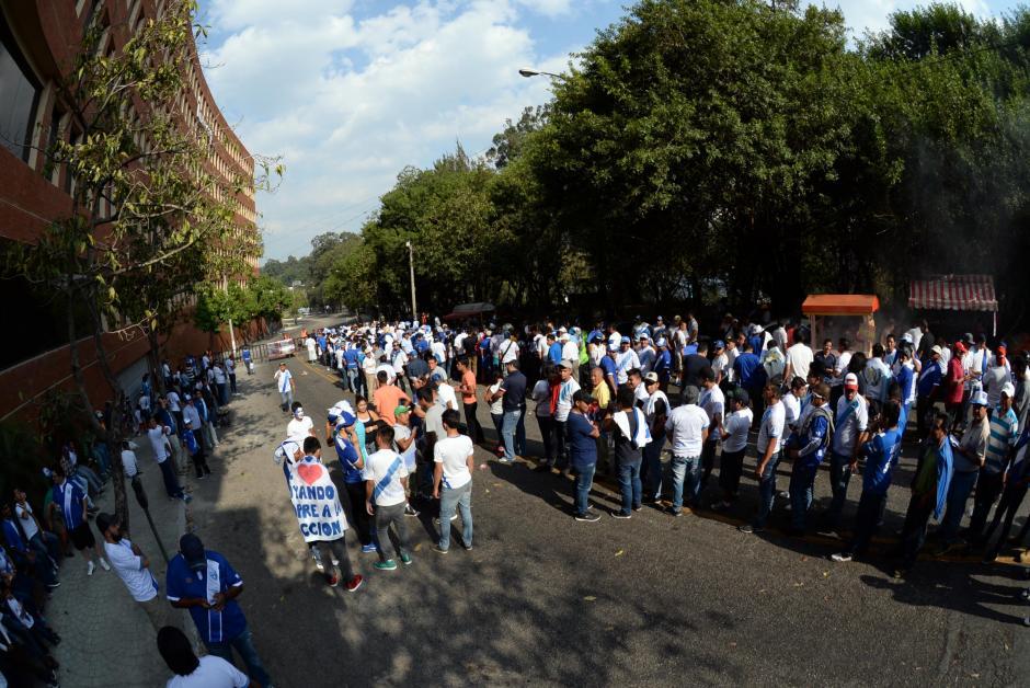 En los alrededores del Intecap inician las colas para ingresar al estadio. (Foto: Diego Galiano/Nuestro Diario)