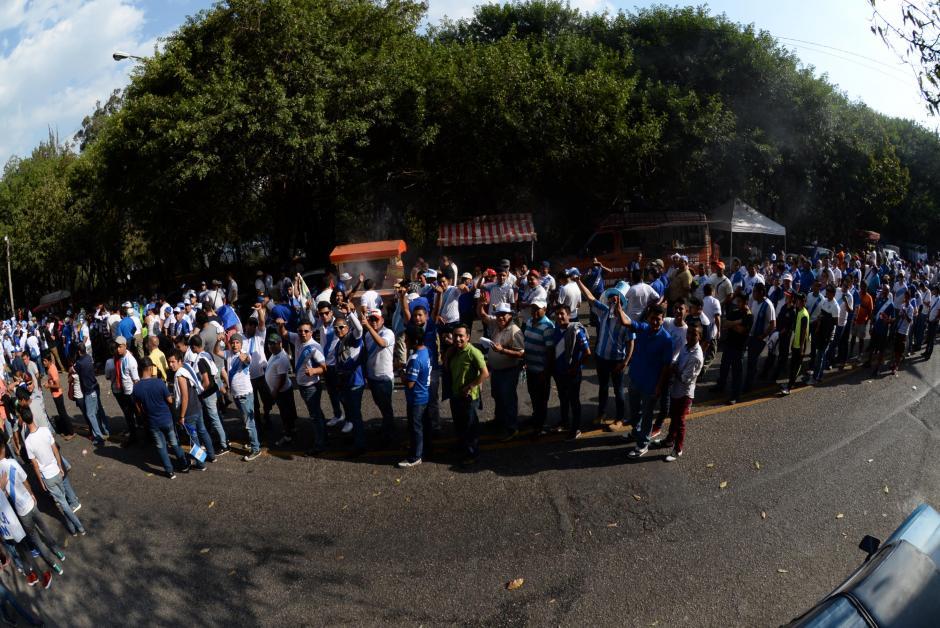Los fieles a la azul y blanco esperan pacientemente ingresar al coloso de la zona 5. (Foto: Diego Galiano/Nuestro Diario)