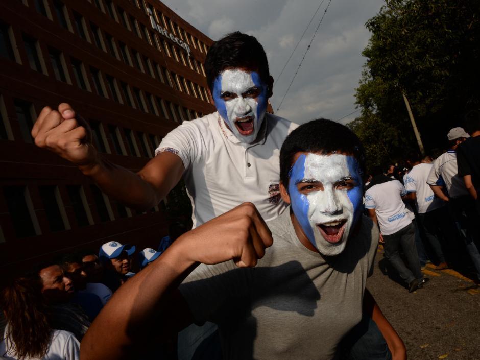 Los aficionados guatemaltecos ya se encuentran en los alrededores del estadio nacional Mateo Flores para apoyar a la Selección. (Foto: Diego Galiano/Nuestro Diario)