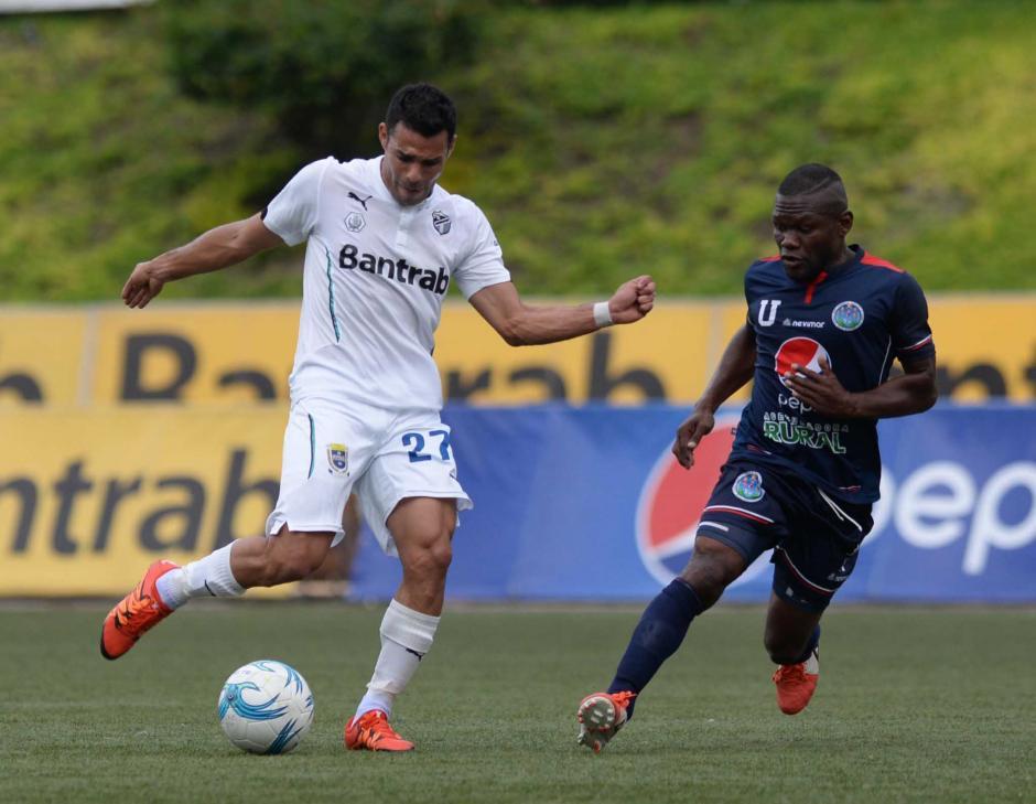 """El futbolista nicaragüense, Juan Barrera, conduce el balón ante la mirada de Milton Omar """"Tyson"""" Núñez.  (Foto: Nuestro Diario)"""