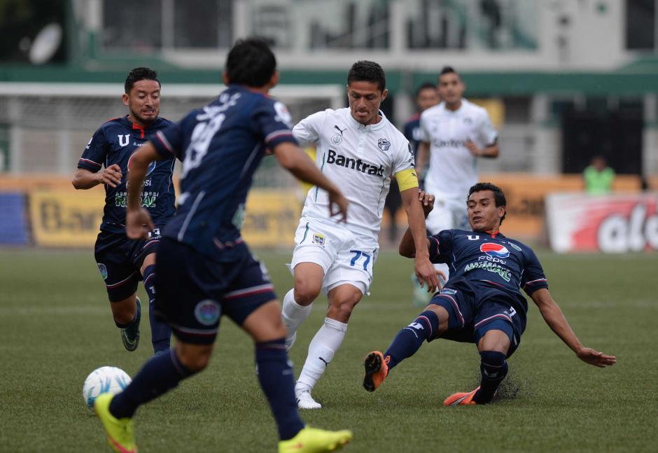 Jairo Arreola intenta generar peligro en el medio campo; el 77 de los Cremas es el capitán, ante la ausencia de José Contreras.  (Foto: Nuestro Diario)