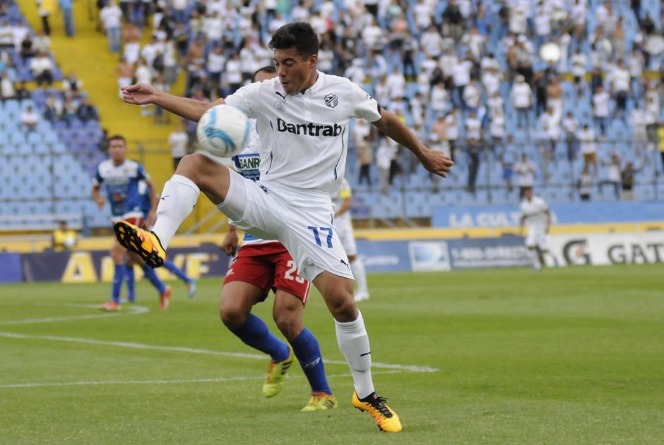 Jonathan Top anotó el primer tanto de Comunicaciones ante Mictlán en el estadio Mateo Flores. (Foto: Nuestro Diario)