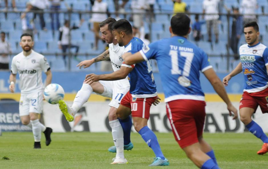 Emiliano López recibe la marca en el medio campo, los cremas llegaron a 15 puntos en el certamen. (Foto: Nuestro Diario)
