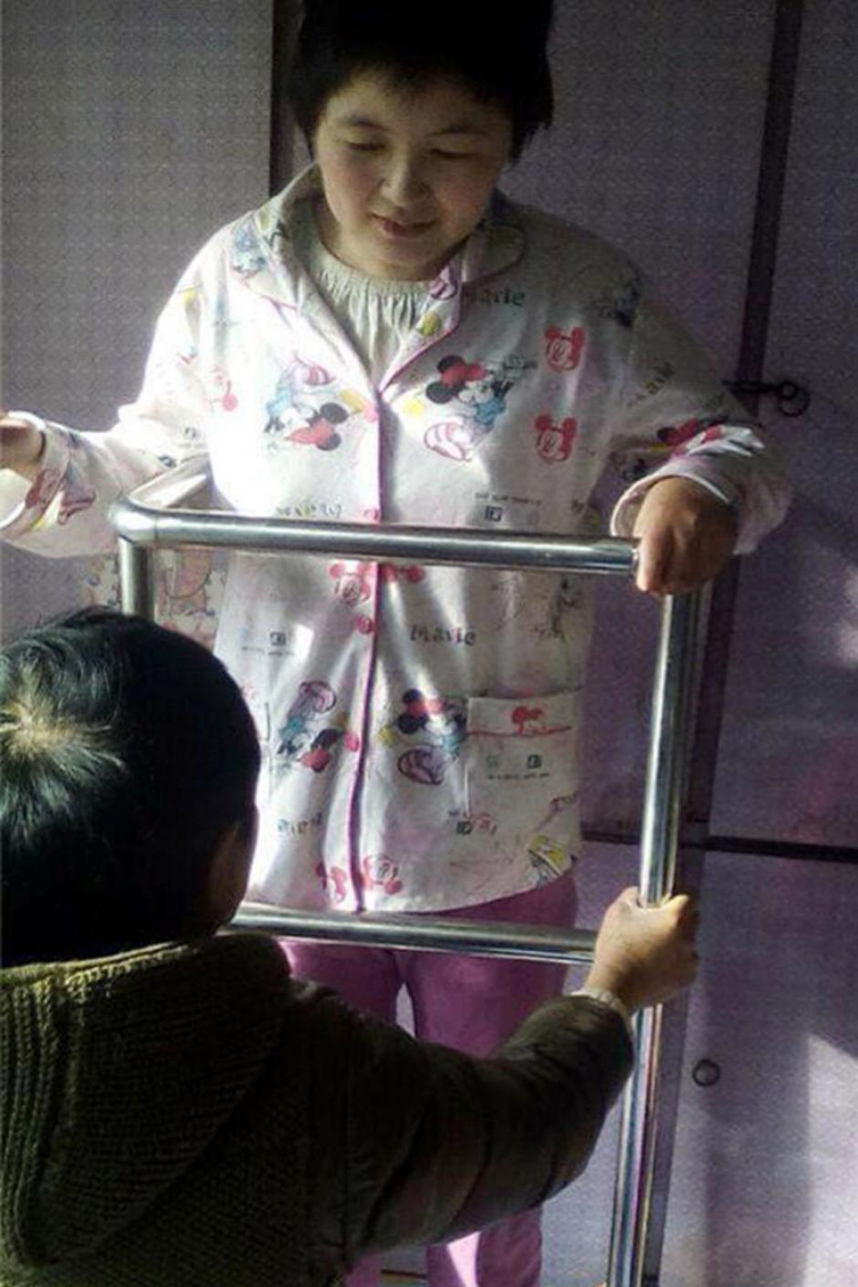 Tras ocho meses en coma la joven está en terapia para volver a caminar. (Foto: crhoy.com)