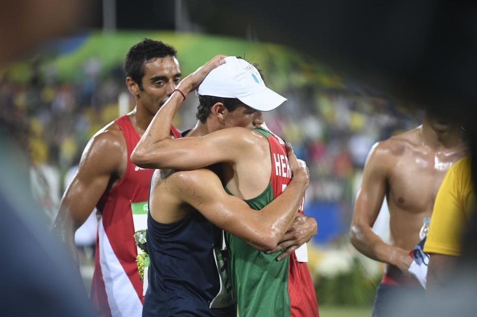 Charles abrazó a su rival mexicano Ismael Hernández (bronce) en el pentatlón. (Foto: Aldo Martínez/Enviado de Nuestro Diario)