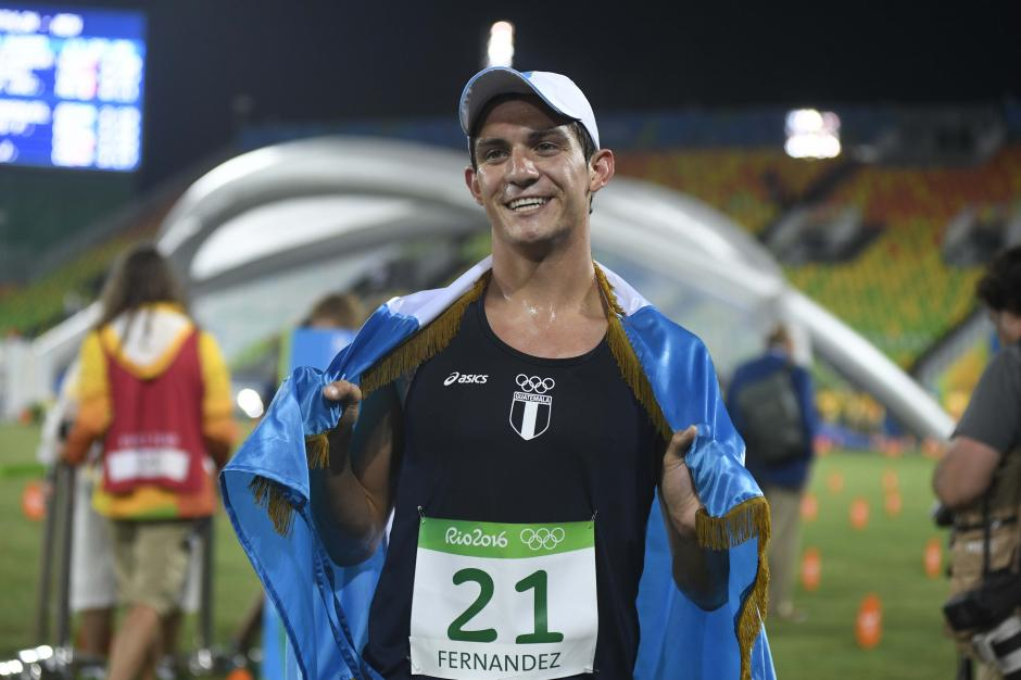 Charles abrazó la bandera de Guatemala al finalizar la competencia. (Foto: Aldo Martínez/Enviado de Nuestro Diario)