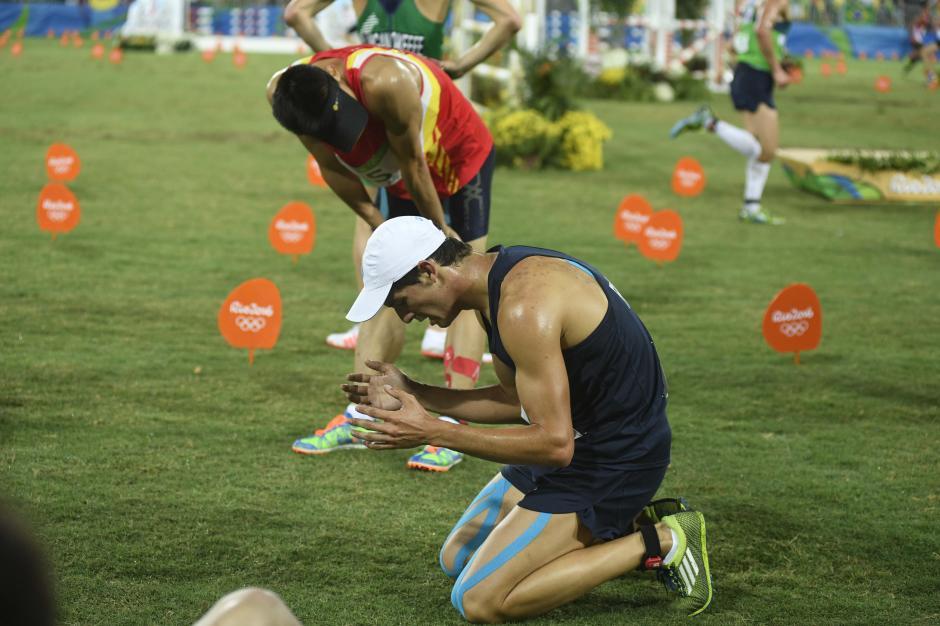 Charles se hincó y agradeció a Dios, tras su debut en los Juegos Olímpicos. (Foto: Aldo Martínez/Enviado de Nuestro Diario)