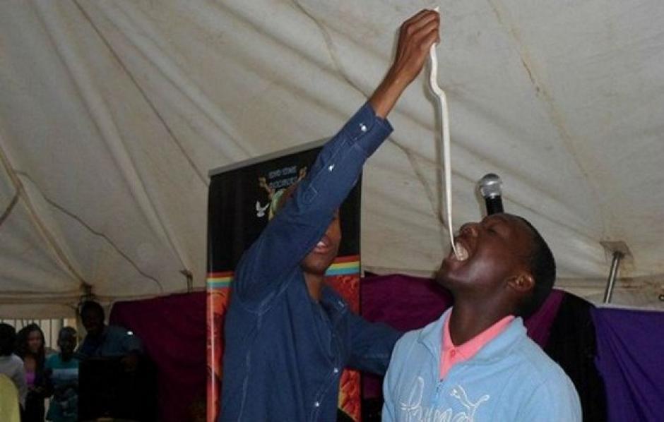 """Penuel Mnguni, autodenominado """"Profeta de los Ministerios del Final de los Tiempos"""", obliga a sus fieles a comer serpientes. (Foto: africanspotlight.com)"""