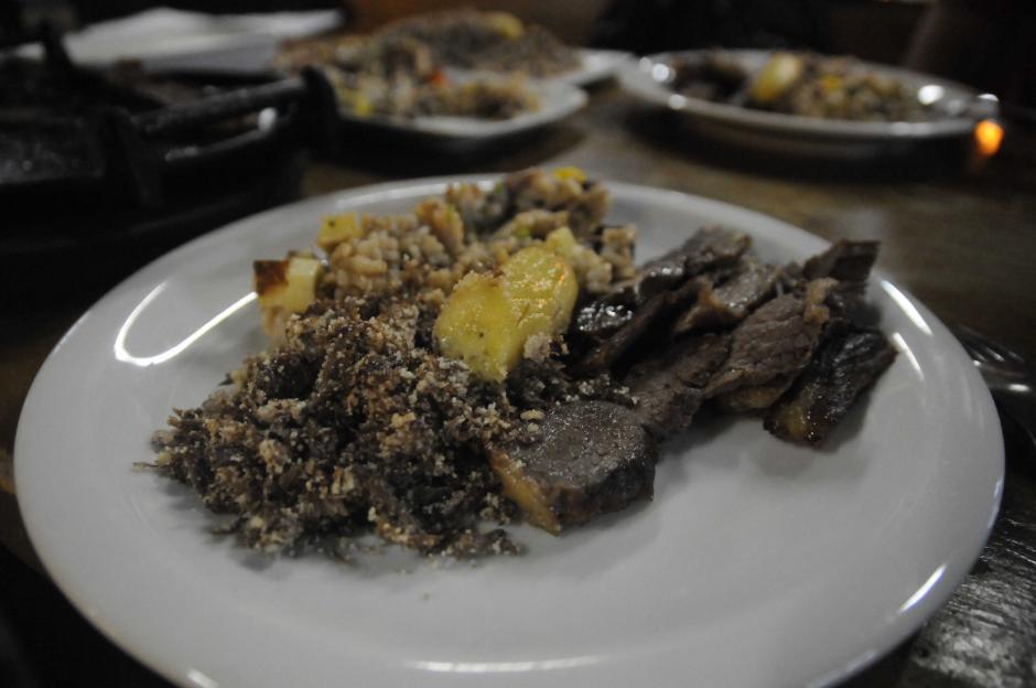 Este sería un plato típico en el centro de Brasil. Carne, arroz y frijol (cocinado junto) plátanos y yuca. (Foto: Pedro Pablo Mijangos/Soy502)