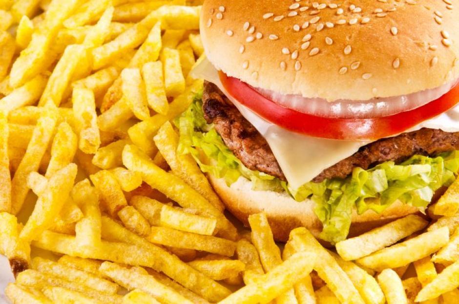 """Las empresas tendrían prohibido hacer publicidad para """"engañar"""" a los niños para que consuman comida """"chatarra"""". (Foto: static.imujer.com)"""