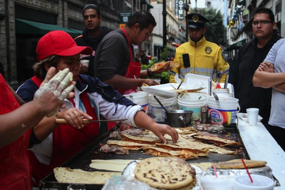 Comer en la calle durante tu trabajo es un gasto fuerte. (Foto: sinembargo.mx)