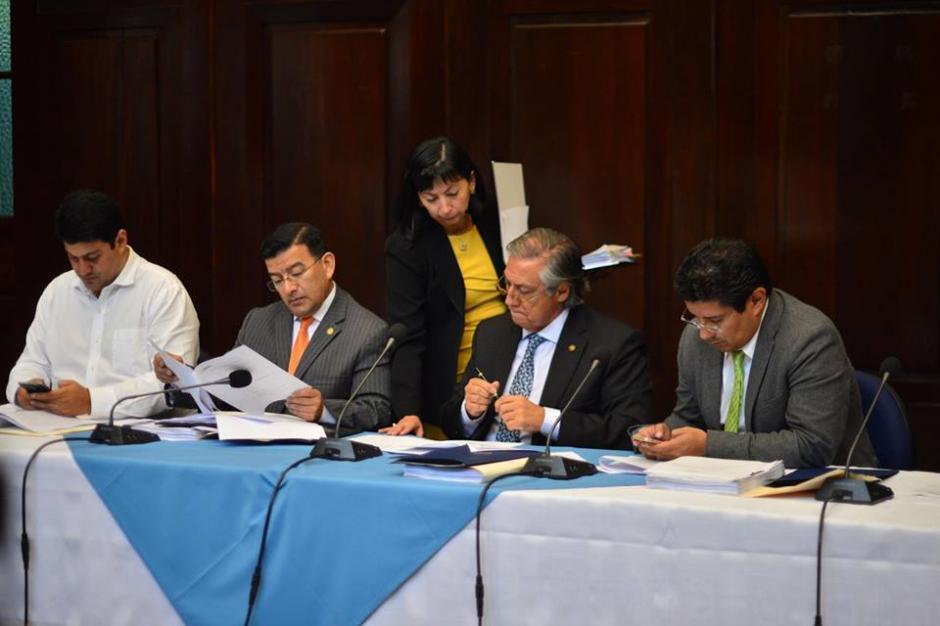 Los diputados analizan los documentos presentados por la CSJ. (Foto: Jesús Alfonso/Soy502)