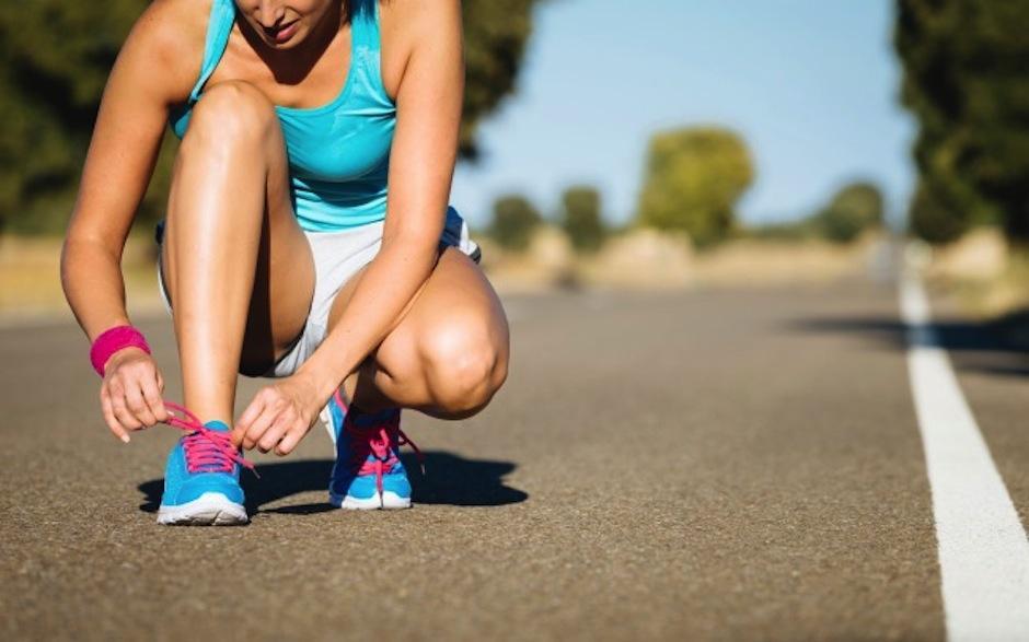 ¿Sabías que la forma de atarte las cintas de los tenis afecta a tus pies? (Foto: vitonica.com)